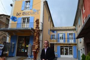 joel-gattefosse-a-ouvert-sa-librairie-le-bleuet-avec-quelques-dizaines-de-livres-en-1990-il-compte(1)